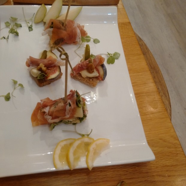 Christmas canape parma ham and pear rolls with rocket and for Christmas canape